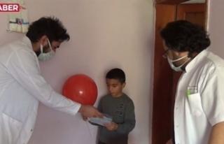 Doktorlar köy köy dolaşıp çocukların bayramını...