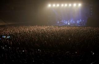 İspanya'da sosyal mesafesiz konsere katılanlarda...
