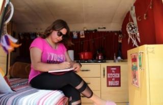 Hemşire iki hayalini birleştirdi, evi karavanı...
