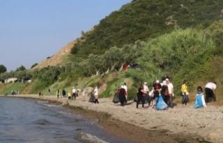 Sağlık çalışanları Kurşunlu Sahili'ni temizledi