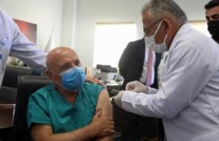 Doktor belediye başkanı, doktor milletvekiline aşı...