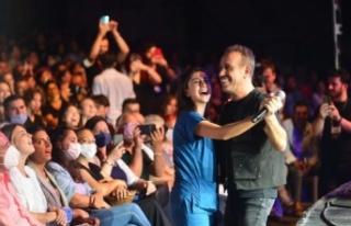 Haluk Levent, konserinde sağlık çalışanıyla...