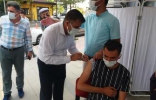 İl Sağlık Müdürü vatandaşları ikna edip aşılarını...