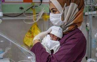 Annesi ölen bebeği sağlık çalışanları bağrına...