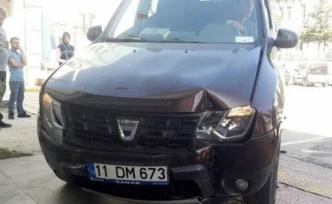 Fren yerine gaza basınca önce park halindeki otomobile, sonra da poliklinik kapısına çarptı