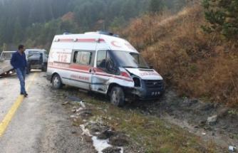 Ambulans otomobil ile çarpıştı