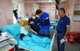 Doktor Hastalar İçin Kırık Koluyla Hasta Bakıyor