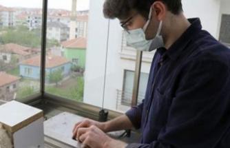 Göz doktoru tespih aşkıyla evinin balkonunu atölyeye dönüştürdü