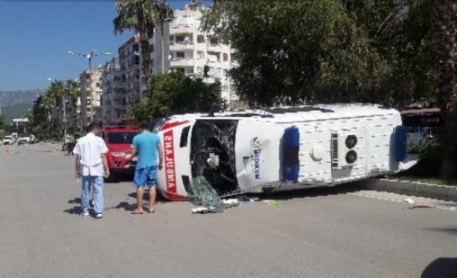 Antalya'da ambulans kaza yaptı