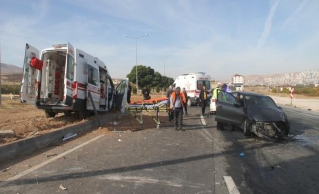Ambulans ile otomobilin çarpışması sonucu 1'i ağır 7 kişi yaralandı