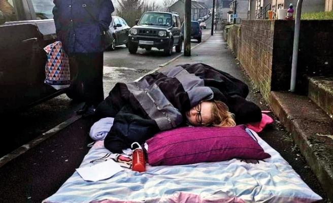 İngiltere'de kaldırımda 6 saat ambulans bekleyen kadın öldü