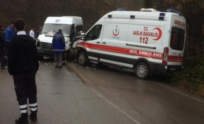 Ambulans ve hasta taşıyan minibüs çarpıştı: 7 yaralı