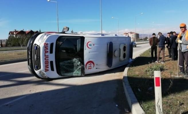 Kaza yapan ambulans yan yattı: 5 yaralı