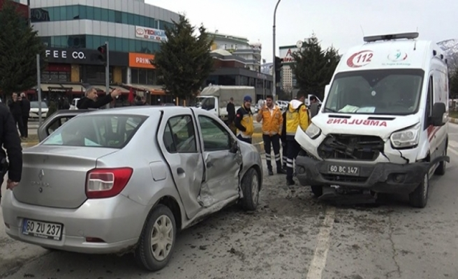 Hasta nakleden ambulans otomobille çarpıştı