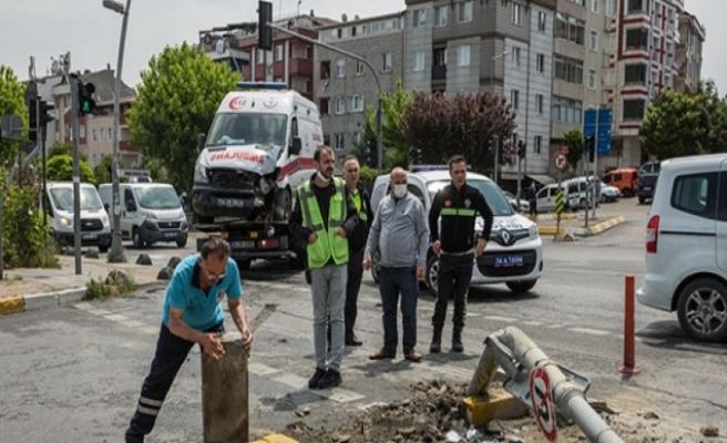 İstanbul'da ambulans kaza yaptı: 3 sağlık çalışanı yaralı