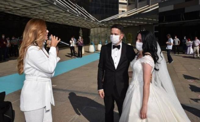 Sağlık çalışanı çift hastanede dünya evine girdi